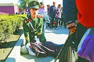 在此敏感時間,武警不敢怠慢,一見有上訪者派發傳單,立刻將對方制服。