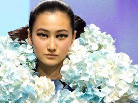 2,000朵鮮花砌成彩色傘裙  墨爾本時裝周「花衣裳」展覽