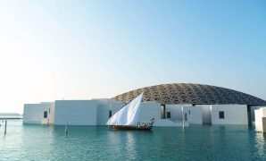 漂浮在水上的全白藝術品<br />阿布扎比羅浮宮